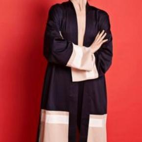 Envii game kimono. Brugt en enkelt  gang. Kan både bruges lukket som kjole eller åben kimono.  Nypris 550kr