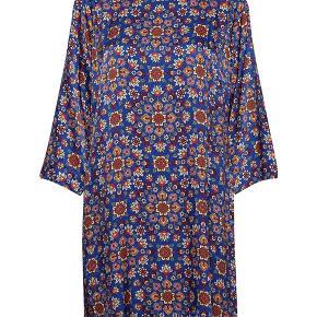Smukkeste kjole i de fineste farver. Brug den med skindleggins under - super cool.   Bytter ikke😊