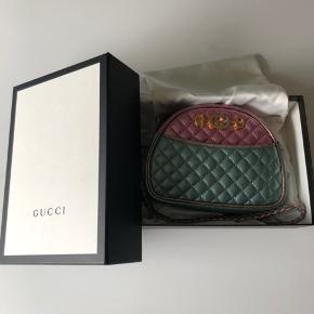 Gucci laminated leather crossbody - fremstår som ny - æske, dustbag og kvittering medfølger  Flere billeder kan sendes - kan ses i Aalborg