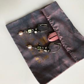 Smukke øreringe i oxyderet sterling sølv med halvædelsten og rosa ferskvandsperler.