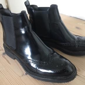 Støvlerne er i glat læder og brugt få gange. Da jeg sælger pga pengemangel, bytter jeg ikke. Skoene er tunge at sende, og jeg vil derfor anbefale, at de afhentes i københavn, hvor jeg bor. Jeg forestiller mig, at fragten er dyr.