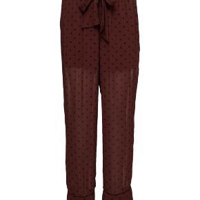 Skønne bukser i samme print som kjolen på min anden annonce.  100% viscose Normal pasform Maskinvask ved 30 grader  Str. 38. Aldrig brugt og med prismærke. Nypris 999,- Bud fra 350,- plus porto.  #secondchancesummer