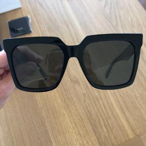 """Helt nye Celine solbriller købt i forgårs! Ny populær model """"oversized acetate"""" der er svær at få fat i.  Helt ubrugte og kommer med alt, kvittering, boks læderetui og pose.  2300kr."""