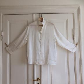 Pyjamas skjorte i 100 % silke med stofbetrukne knapper.