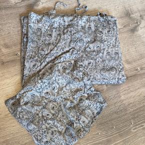 Lækker smørblødt junior sengetøj fra soft Gallery med grå ugler  Det er næsten som nyt hvis man lige ser bort fra den ene snor til at lukke det med. Den er lidt medtaget i enden men det er kun helt ude på spidsen