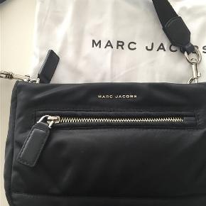 Super fed taske fra Marc Jacobs. En meget rummelig taske, trods dens størrelse. Sort med sølv hardware. En tidsløs taske som bare fungere til alt.  3 lommer i alt. Str. ca. 27 x1 8 Dustbag medfølger. Kvittering medfølger .