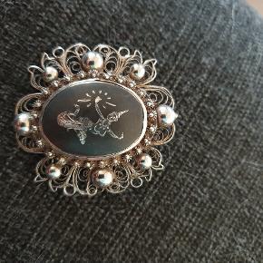 Smuk vintage broche i siam sølv. Ca 4 cm