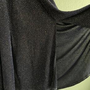 Brugt til et nyttårsfest. EU: 34 Fine detaljer, som glitter, Ånen rygg ish, dobbel splitt i bund av kjolen