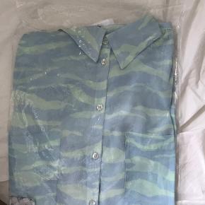 Sælger denne skjorte fra day med zebraprint i mint og lyseblå, da jeg bestilte den i forkert størrelse. Den er størrelse m/40 Købte den for 1000kr Sælges for 400kr ekskl fragt med Dao