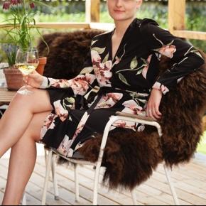 Smuk wrap / slå om kjole med bindebånd 130 kr