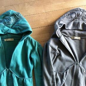 Varetype: Cardigan Farve: Se billede Oprindelig købspris: 899 kr.  Fine bluser med lækre detaljer. Har den også i rosa på profilen.   100% bomuld.   Bytter ikke.