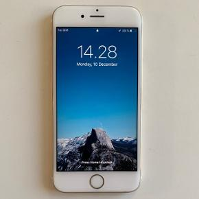 iPhone 6S, 64 GB, guld Sælger min iPhone 6S, som er cirka 3 år gammel. Alle dele er originale. Den står med enkelte ridser i skærmen, og ridser og skrammer på bagsiden og siderne (kan ses på billeder), men med et cover kan dette ikke ses. iPhone kommer med originalt Apple læder cover i rød. Batteriet er blevet skiftet af Apple selv, så batteriet er ikke mere end 1 år gammelt, så det fungerer upåklageligt.