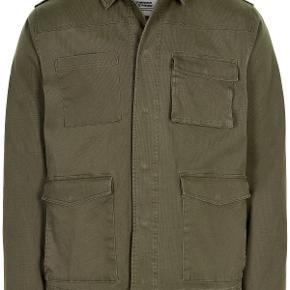 Sælger denne fede og stilede army grønne jakke fra det danske brand Anerkjendt. Ligger med prismærke stadig. Køb eventuelt bukserne til som er i en af mine andre annoncer for at fuldføre sættet :)   Nypris: 1000,-   Byd!