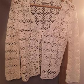 """Super flot hæklet """"Downtown"""" cardigan i 100% bomuld, str. 38/40, brystvidde ca. 100 cm, længde 57 cm. Meget flot til en festkjole.  HÆKLET CARDIGAN Farve: Hvid"""