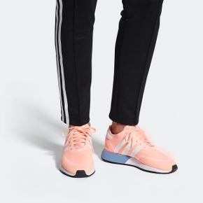 Virkelig smuk sneaker.   Den passer bare desværre ikke til min fod. Derfor salg.  Prøvet en enkelt gang i lejligheden. Har aldrig været på ude.  Skokasse medfølger hvis ønsket 😊