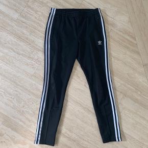 Jeg ville gerne sælge de her Adidas trænings/jogging bukser. De er blevet brugt en eller to gange så standen er som ny.