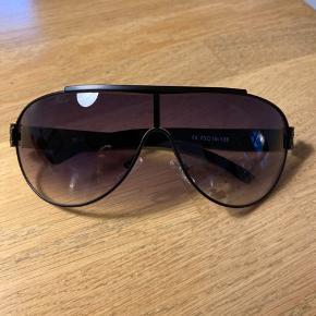 Helt nye ægte fede solbriller med metalstænger. Alt på foto følger med. Fejlkøb, da de ikke klæder mig.  Bytter ikke.