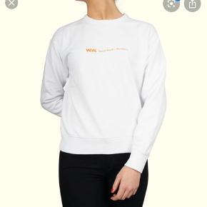 Vil gerne BYTTE min Woodwood sweatshirt til en større størrelse. Har du samme model eller en der ligner i samme fine materiale og stof og evt kigger efter en mindre str eller anden model, så henved dig gerne til mig:)   OBS:‼️ sælger lige nu - billigt - ud af en masse forskelligt mærketøj, tjek det ud! 🔆 🍒  Den er en str xs, og er kun blevet brugt 1 gang!   Jeg tænker en str medium måske en small ville passe mig bedre mht et mere oversized look  OBS: trøjen skal være i samme stand 9/10   OBS: Hvis et evt godt bud kommes, vil jeg godt kunne gå med til at sælge...
