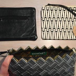 Varetype: Clutch Størrelse: Ca. 15x22 cm Farve: Multi  Jeg sælger 3 forskellige små tasker/clutches.  Sort/Hvid grafisk taske i canvas - med eiffeltårne på. Og håndrem.    Ecoist håndtaske/clutch stregkode taske - flot og grafisk. Blot brugt 1 gang. Med håndrem.  Lækker sort skind taske/clutch med peace tegn. God solid lynlås. Også rum på bagsiden.  Brugt 2 gange.    Byd