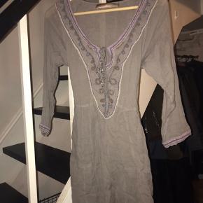 Grå kjole fra Culture, med fine detaljer. Den er smule kort og gennemsigtig:)) men fin til når det på et tidspunkt bliver strandvejr igen