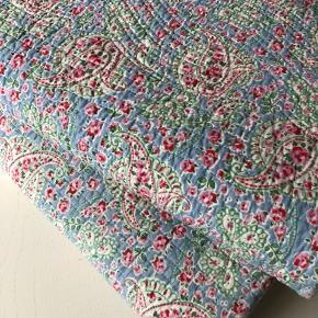 To skønne paisley quilt / tæpper.   (De øvrige tæpper i kurven er IKKE til salg - de er enten ikke til salg eller allerede solgt)  Mp 500,-. Prisen er PR. STK. plus forsendelse. Prisen er fast.   Tæpperne har aldrig været brugt - blot ligget til pynt i kurven.   Tæpperne er vasket én gang.  Tæpperne måler 130x186 cm.  Kan afhentes i Humlebæk eller sendes med DAO.  Køber betaler forsendelsen.   Helst ts handel.   Men MobilePay er også fint.   Se mine øvrige annoncer nu du er her alligevel 🌸