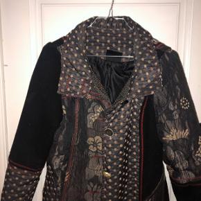 mega lækker frakke. passer en xs/small. går til midt lår cirka på en på 165. fine lommer og smukke detaljer. god overgangsjakke.  150kr 💛   #30dayssellout