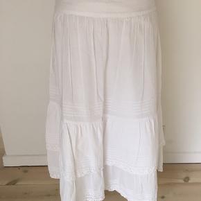 Bomulds nederdel med to lag de øverste 2/3. Længde 69. Talje 85. Lynlås i siden.  Kig forbi mine annoncer 😊 Altid mængderabat