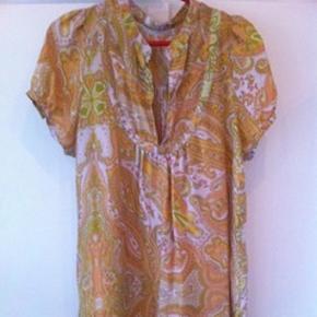 Super fin orange mønstret kjole / tunika fra rabens saloner. Har en del slid og huller og sælges derfor billigt