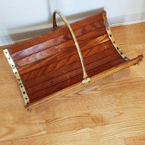Retro Bladholder eller kurv til at bære træbrænde i, lavet af træ og messing. Længde ca 55 cm og dybde ca 35 cm..har patina 😊