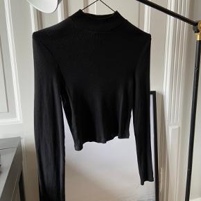 BESKRIVELSE: Smuk og elegant trøje med lidt turtleneck/krave i sort 🖤 💛 Aldrig brugt!  STØRRELSE/PASFORM: Den passes af en størrelse Small.   MØDESTED: Aarhus C eller omegn   PORTO: Køber betaler (ca. 37 kr.)   RABAT: Jeg giver mængderabat, så tjek mine andre annoncer! 🌸 Har både ting fra GANNI, COS, Baum&Pferdgarten og &OtherStories!