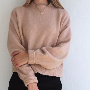Sælger denne fine sweater fra & Other Stories.  Sweateren har en fin fersken/beige farve og er i størrelse small. Den er købt her på Trendsales☺️