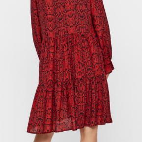 Super fin kjole. Aldrig brugt kun vasket ved køb men den er desværre for lille til mig. Nypris 499 kr. Sælges nu for 250 kr.  Kan afhentes i Århus C. eller sendes med Dao for 39 kr.