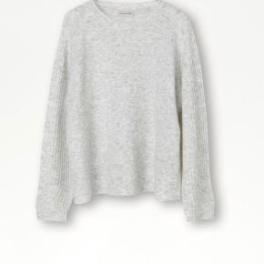 Pull this loose-fitting wool blend sweater over any outfit for instant cosiness. The sweater features a ribbed texture at the sleeves and hem. Oversized fit Ribbed texture at the sleeves and hems Split ends at the sleeves 32% alpaca, 32% wool, 30% polyamide, 6% elastane