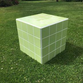 Lime farve med hvid fuge. Aldrig brugt.  40x40 cm.