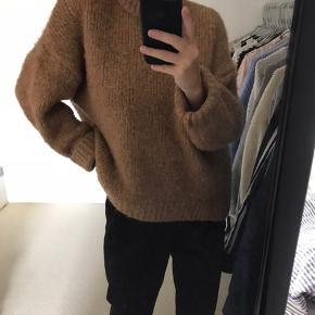 Rigtig dejlig og blød sweater. Den er en smule stor i størrelsen, og vil dermed også passe en M  Byd gerne  Sendes med DAO eller afhentes i Haderslev