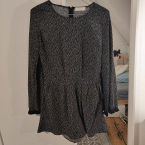 Short jumpsuit black with white pattern and flared sleeves from Col&bri. In super good condition