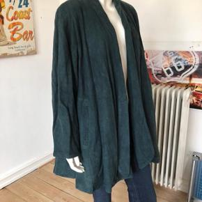 Sælger min vintage, ægte læder jakke fra Jaeger. Jeg har købt den i 80-erne og brugt den dengang.  Jakken er i super stand og fejler absolut intet. Rent og pænt.  Str S.  Byttes ikke.