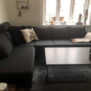 Oslo open end venstrevendte mørkegrå sofa. Halvandet år gammelt, men i rigtig god stand.