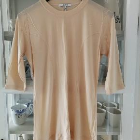 Fin Montmartre-bluse med 3/4 ærmer.  Lækker kvalitet.  Aldrig brugt.   Nypris var vist omkring 600 kr.