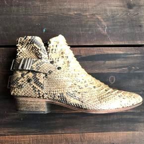 Næsten nye Fury London støvler i ægte lys python, så er derfor virkelig bløde og ligger sig til foden når de bliver gået til. Rigtig god kvalitet. Nypris er 4599.