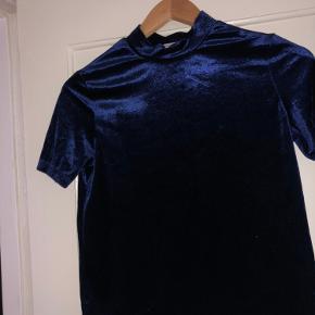En fin t-shirt/top fra Zara i velour. Den er blevet brugt en del, men fejler intet.