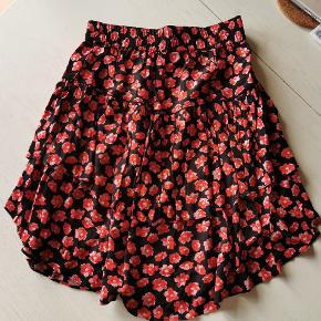 Sød nederdel fra Ganni. Brugt en gang.  Livvidden kan strækkes til ca. 110 cm.
