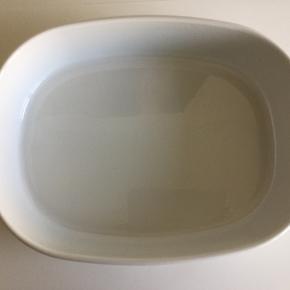 Piet Heins designklassiker superellipse-fadet. Hvid porcelæn i målene 27 x 35 x 7,5 cm. Det kan gå i både ovn, mikroovn, fryser og opvaskemaskine. Standen er som ny: kun brugsspor på undersiden og de er få - fadet har nemlig kun været i brug ganske få gange.  Nypris 399,-  Sender gerne - det koster p.t. 45 kr. med GLS.