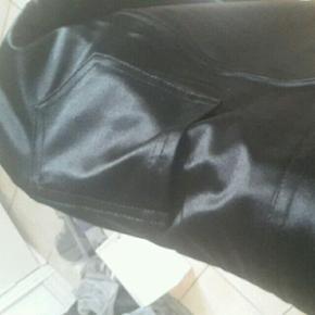 """""""Sandy/ Grease"""" bukserne!:-) str. L-XL (så dejlig bløde og behagelige at have på) + overdel (overdel i chiffon str. M). Køber betaler porto, hvis det skal sendes :-)"""