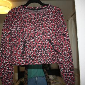Cropped sweater med abstrakt animal print.