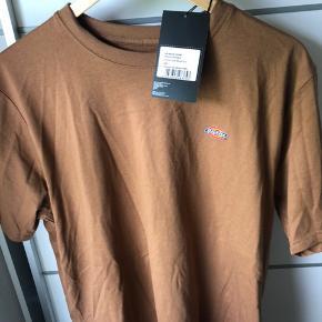 Dickies t-shirt i farven Brown duck, aldrig brugt.  Np: 300