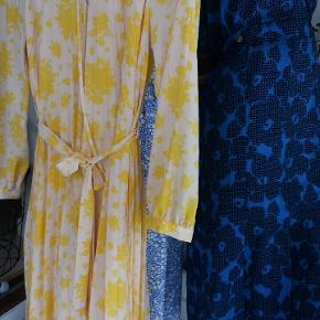 Lækker gul og off White kjole i vintage stil. Plisseret skørt og lidt flæser v krave. Skjorte kjole agtig. Brugt een gang .str 36. Men bestemt også til str 38