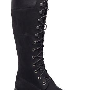 Super lækre sorte Timberland støvler med binde bånd. Er brugt en enkelt vinter så de er stadige super flotte.  Str. 40, men har en sål i så en str 39,5 nok også ville kunne passe den da jeg svinger i mellem 39-40. BYD :-)  Skriv for flere billeder