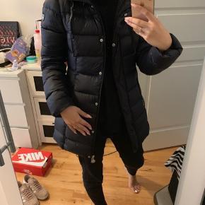 Sælger min højt elskede Armani jakke, som har fået så mange komplimenter! Sælges kun da jeg gerne vil have en ny. Den er i en helt okay stand, den er dog brugt. Den har været til rens 1 gang. Kvittering haves hvis det ønskes. BYD gerne!