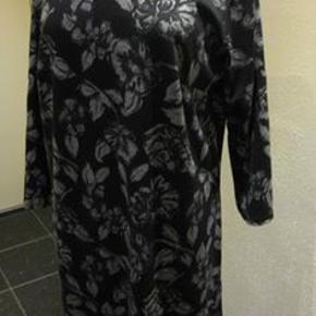 Cha Cha kjole str L Bm 2x55 cm Længde 92 cm - polyamide/elastane - lidt stræk i stoffet - 100 kr. plus porto Går lige ned (m8440)